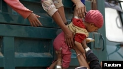 지난 2015년 3월 중국과 미얀마 국경 지역의 난민수용소에서 한 어린이가 트럭에 올라타고 있다. (자료사진)