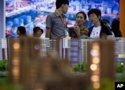 在北京的房产投资展示会上,人们看房子(2012年9月21日)