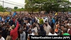Jean-Pierre Bemba azali kotambola na kati ya bituluku ya bato mpo na koboya bondimami na Assemblée nationale ya Ronsard Malonda bo' mokambi ya CENI, na Kinshasa, 13 juillet 2020. (Twitter/Coalition Lamuka)