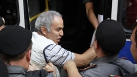 Police detain former world chess champion and opposition leader Garry Kasparov (C) during the trial of the female punk band Pussy Riot outside a court building in Moscow, August 17, 2012.