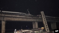 中國7月發生動車事故﹐幾節車廂翻到橋下。(資料圖片)