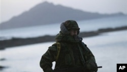 一位韩国海军陆战队员守卫在延坪岛的海岸上