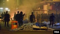 戴上防毒面具的香港防暴警察攻入内街驱散示威者 (美国之音汤惠芸拍摄)