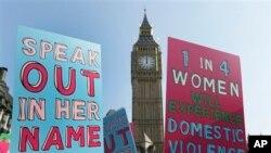 Во еден глас против насилството врз жените: сцена од протестот во Лондон