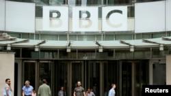 资料照:英国广播公司在伦敦的总部大门。