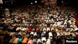 9일 이집트 무르시 대통령의 복권을 촉구하는 무슬림형제단이 카이로의 라바 알-아다위야 광장에서 새벽기도를 드리고 있다.