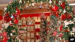 梅西百货店的节日花环和减价标签