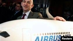 ائیر بس کمپنی کے چیف ایکزیکٹو لوئیس گیلوئس طیارے کے A350 ماڈل کے ساتھ ۔ فائل فوٹو