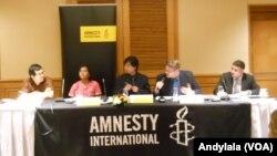 Direktur Riset Amnesty Internasional untuk Asia Tenggara, Ruppert Abbot (sedang berbicara) mendesak pemerintahan Jokowi, mencabut UU tentang Penistaan Agama di Jakarta, 21 November 2014 (Foto: VOA/Andylala)