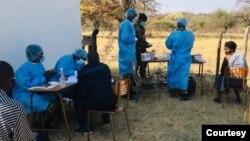 L'armée zimbabwéenne vaccine la population contre le COVID 19 à Ntepe à Gwanda au Zimbabwe.