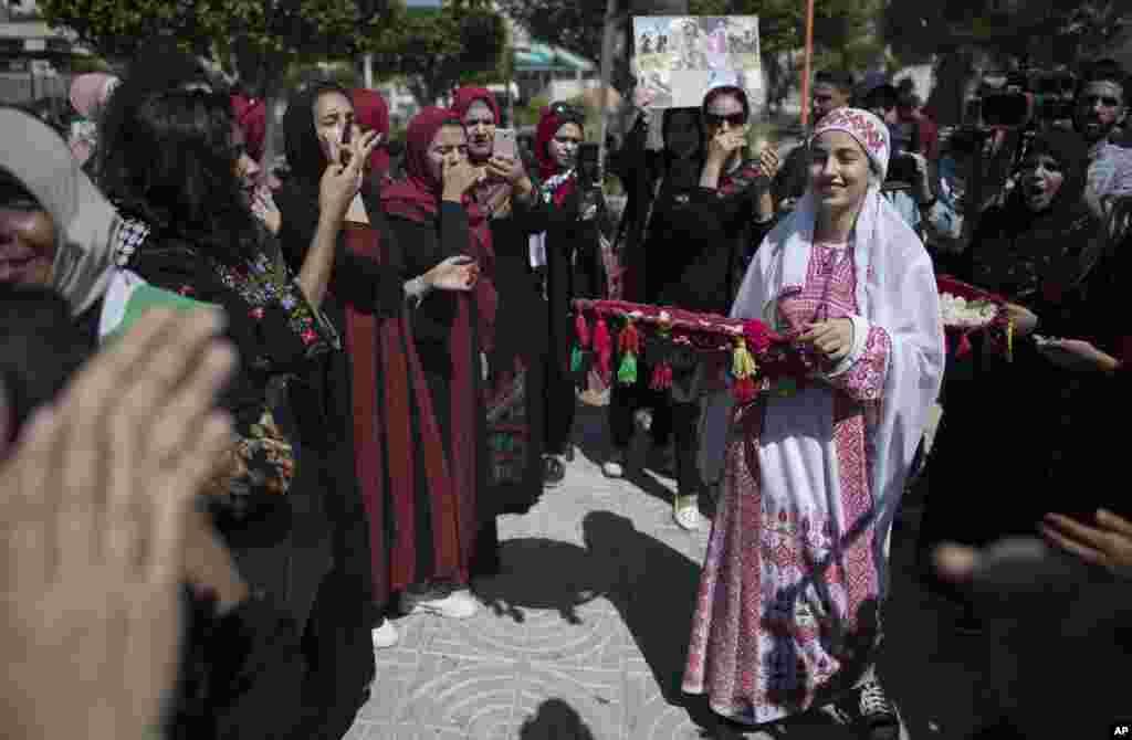 آسوشیتدپرس این عکس را از حاشیه یک مراسم سنتی در شهر غزه منتشر کرده است. زن جوانی که در حال رقص است.
