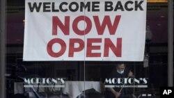 """ARHIVA - Restoran u San Francisku, u Kaliforniji, sa natpisom """"Dobrodošli, otvoreni smo"""" (Foto: AP /Jeff Chiu)"""