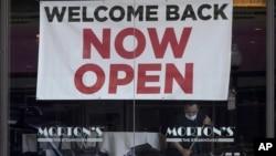 Фото: напис «Вітаємо з поверненням. Ми відкриті» у вітрині ресторану Сан-Франциско