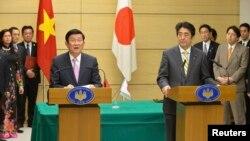 Chủ tịch nước Việt Nam Trương Tấn Sang và Thủ tướng Nhật Bản Shinzo Abe trong cuộc họp báo chung tại Tokyo, ngày 18/3/2014.