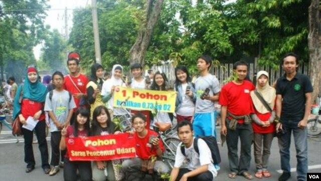 Para pelajar di Surabaya ikut berpartisipasi dalam gerakan menanam pohon untuk mengurangi polusi udara (21/11).