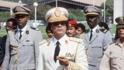 Le chef d'Etat libyen, le colonel Mouammar Kadhafi (au centre), arrive à Dakar pour une visite officielle de trois jours au Sénégal, le 3 décembre 1985.