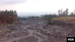 Kawasan penambangan pasir di lereng Gunung Merapi. (Foto: VOA/Nurhadi)