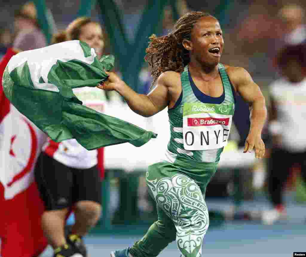 La Nigériane Lauritta Onye sourit après avoir remporté la médaille d'or en lancer de poids à Rio de Janeiro, Brésil, le 11 septembre 2016.