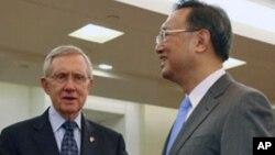美国参议院多数党领袖里德(左)在北京外交部受到中国外长杨洁篪的欢迎。