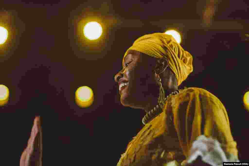 Une des danseuses de la compagnie de danse d'Assane Konte, KanKouran West African Danse Company sur scène, à Washington D.C., le 5 juin 2017. (VOA/Nastasia Peteuil)