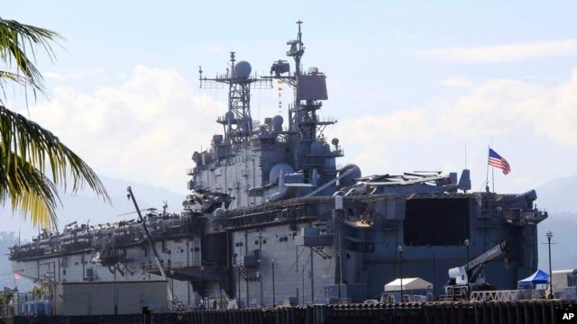 Tàu tấn công đổ bộ USS Peleliu của Hải quân Hoa Kỳ tham gia vào cuộc diễn tập quân sự chung với Philippines, neo tại bến tàu Alava, tỉnh Zambales, Philippines, 13/10/2014.
