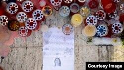 Maltada halok bo'lgan jurnalist Dafne Karuana Galisiya sharafiga yoqilgan shamlar