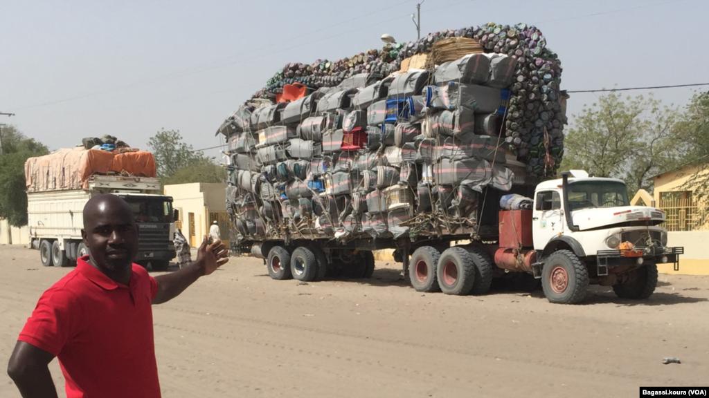 Notre reporter Bagassi Koura montrant un camion surchargé, gareé au centre de Bol, Tchad, 1er avril 2016, (Photo voa Bagassi Koura)