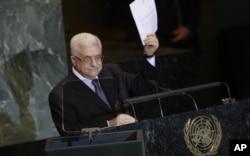 Le président Abbas montre la lettre de demande d'adhésion, durant son discours à l'Onu, le vendredi 23 septembre 2011