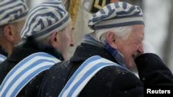 奧斯威辛集中營生還者飲泣