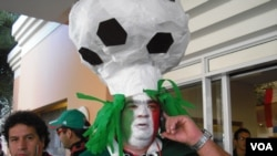 Yon fanatik Meksiken ki degize pou gwo fèt foutbòl la, vandredi 11 jen 2010