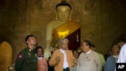 Tổng thống Myanmar (giữa) tại chùa Gu Byaukgyi bị trận động đất làm hư hại ở Bagan, Myanmar, ngày 25/8/2016.