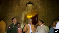 Myanmar President Htin Kyaw (C) inspects the earthquake-hit Gu Byaukgyi Pagoda in Bagan, Aug. 25, 2016.