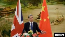 Menteri Luar Negeri Inggris Philip Hammond berbicara dalam konferensi pers gabungan dengan Menteri Luar Negeri China Wang Yi (tidak terlihat di foto) setelah bertemu di Kementerian Luar Negeri, di Beijing, China, 5 Januari 2016.