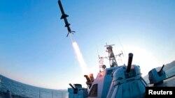 由朝鲜中央通讯社发表的照片上显示朝鲜人民军海军测试了一种新型反舰巡航导弹(资料照)