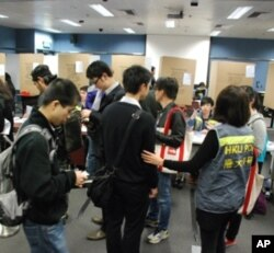 大批香港市民在民間全民投票的投票站排隊輪候投票