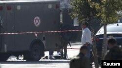 在约旦河西岸城市阿里埃勒一名巴勒斯坦人的尸体躺在一辆军队救护车的旁边,以色列警方说他刺伤了两名以色列保安。 (2015年12月24日)