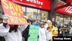 지난 3월 캐나다 밴쿠버 중국 총영사관 앞에서 열린 탈북자 강제송환 반대 집회. (자료사진)