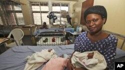 Mama na watoto wake wakiwa katika hospitali moja huko Nigeria.