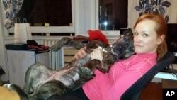 Elli Frank bersama Tanya, seekor anjing pit bull berusia 8 tahun yang dibuang ketika masih kecil di tempat penampungan hewan di kota New York.