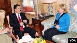 Manuel Zelaya junto a la secretaria de Estado Hillary Clinton reunidos en Wasington.