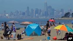 2020年5月26日加利福尼亚州阿拉米达罗伯特·皇冠纪念州立海滩上的人群。背景是旧金山。