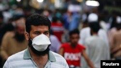 سندھ کا صوبائی دارالحکومت اور ملک کا سب سے بڑا شہر کراچی وبا سے سب زیادہ متاثر دکھائی دیتا ہے۔ (فائل فوٹو)