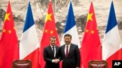 9일 중국 베이징에서 에마뉘엘 마크롱 프랑스 대통령(왼쪽)과 시진핑 중국 국가주석이 정상회담을 가진 후 악수하고 있다.