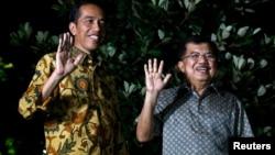 8月21日印尼當選總統佐科威(左)和他的競選搭檔在記者會上