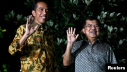 8月21日印尼当选总统佐科威(左)和他的竞选搭档在记者会上