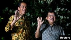 Pasangan Presiden dan Wapres terpilih Joko Widodo (kiri) dan Jusuf Kalla saat memberikan keterangan pers terkait keputusan MK di Jakarta, Kamis malam (21/8).