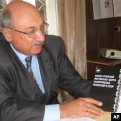 阿波洛莫夫教授和他撰写的苏共政治迫害历史书籍