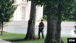 Agentes de seguridad de la Casa Blanca custodian la zona.