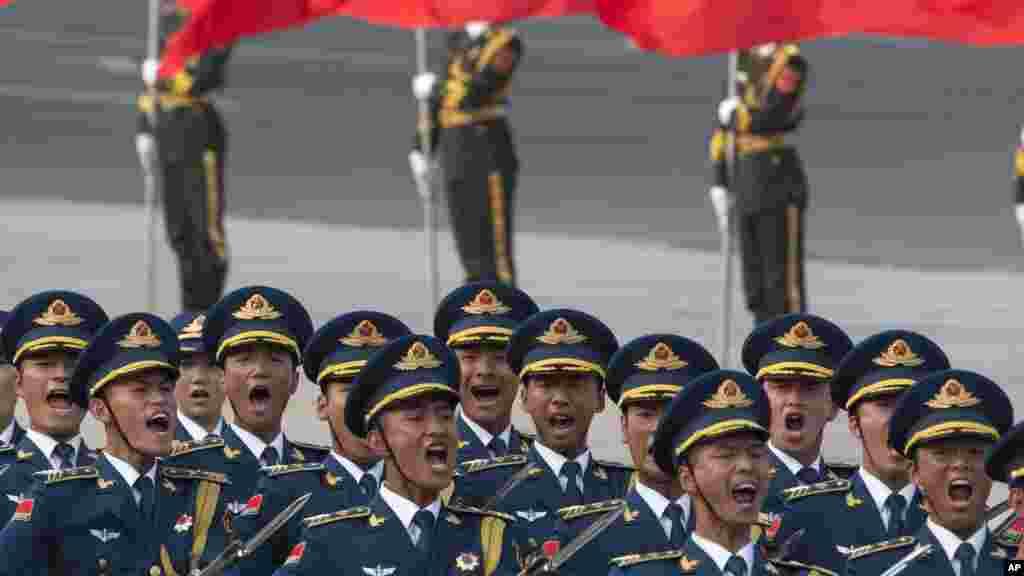 Des membres de la garde d'honneur chinois défilent, à l'arrivé du président congolais Denis Sassou Nguesso au palais à Beijing, le 5 juillet 2016.