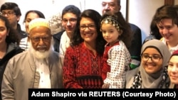 Rashida Tlaib berpose dengan pendukungnya, 3 Januari 2019.